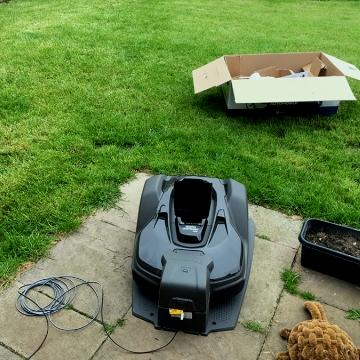 Установка робота-газонокосилки на участке